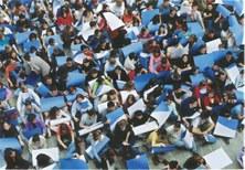 Estudiants i treballadors de l'EUOOT fent un mosaic